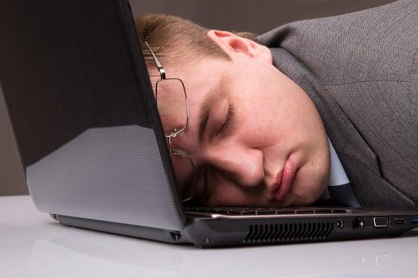 Фото спящего на ноутбуке мужчины