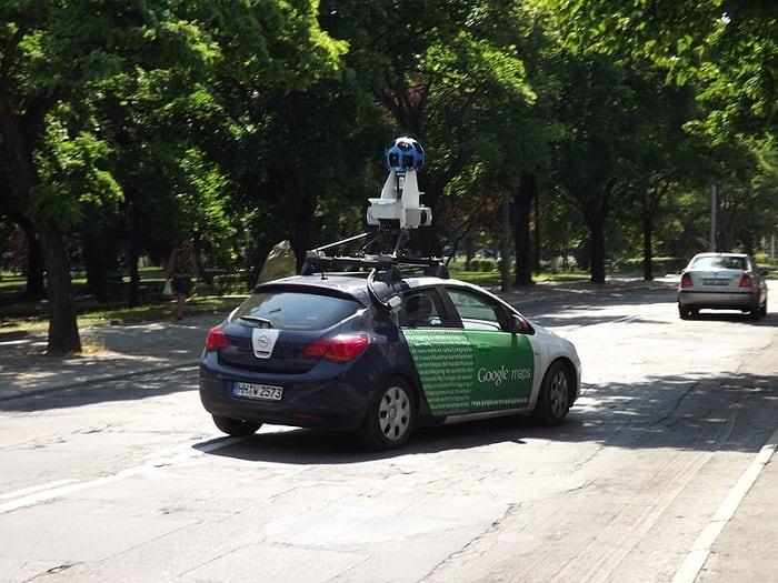 Автомобиль компании Гугл ведет съемку местности
