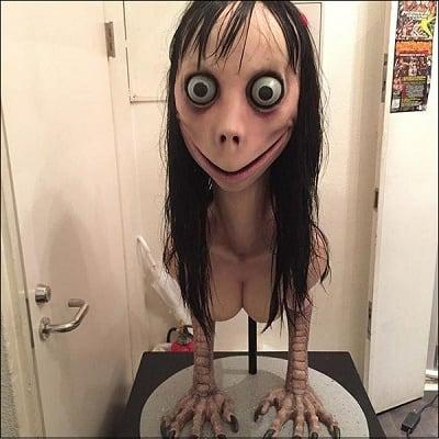Скульптура Момо на выставке