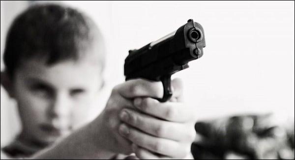 Фото силуэта мальчика с пистолетом