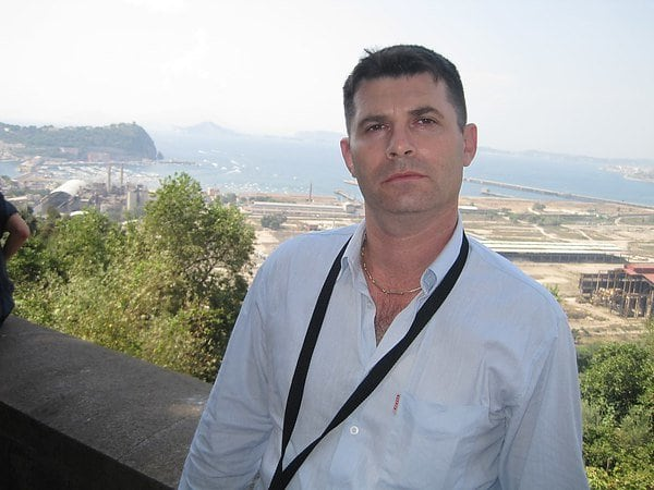 Мужчина на фоне панорамы