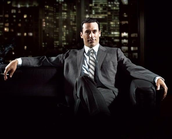 Сидящий мужчина в костюме