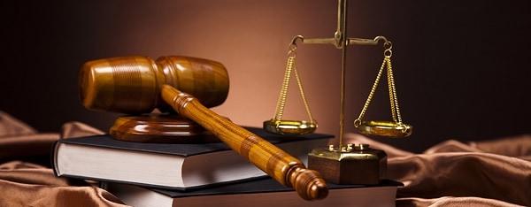 Изображение судебного молотка и весов