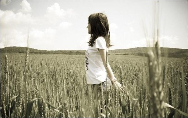 Фото девушки в поле