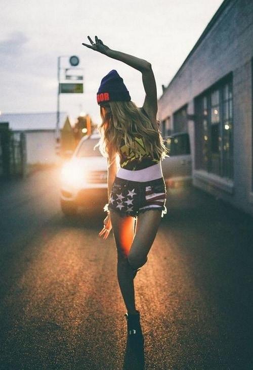 Девушка на фоне машины