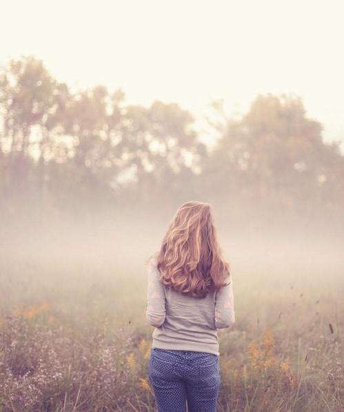 Девушка со спины в лесу