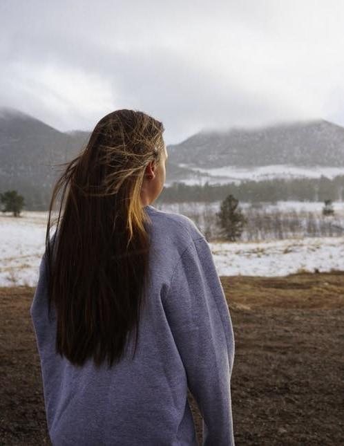 Девушка со спины на фоне зимних гор