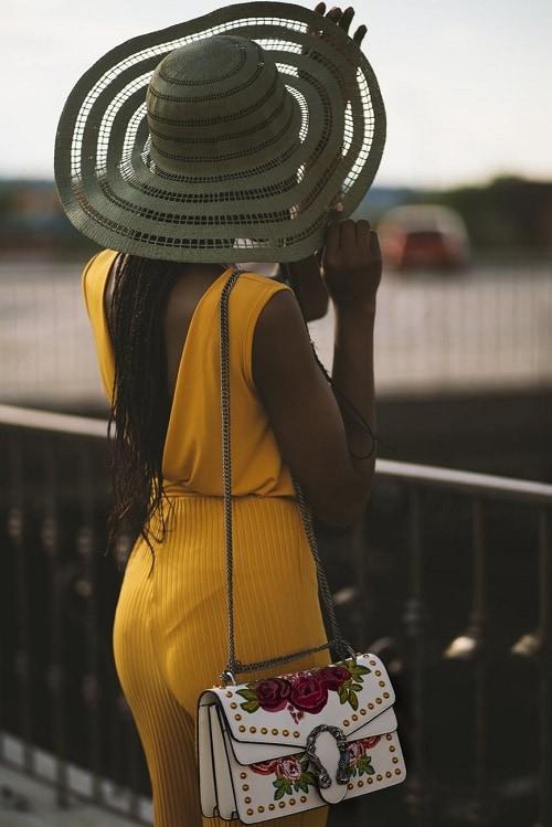 Девушка со спины в шляпе