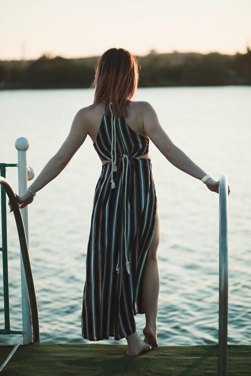 Девушка со спины возле озера