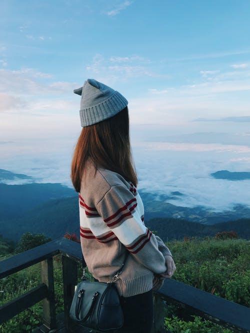 Девушка со спины на фоне гор