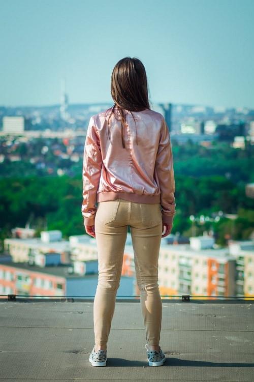 Девушка со спины на фоне города