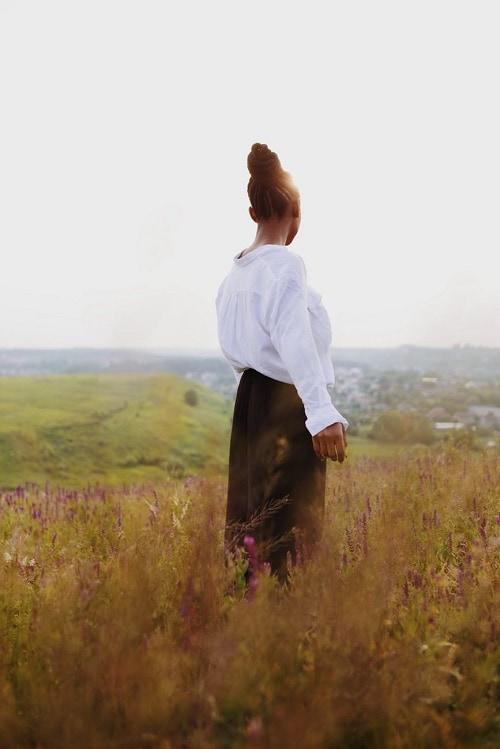 Девушка со спины в поле