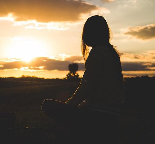 Девушка ночью в поле