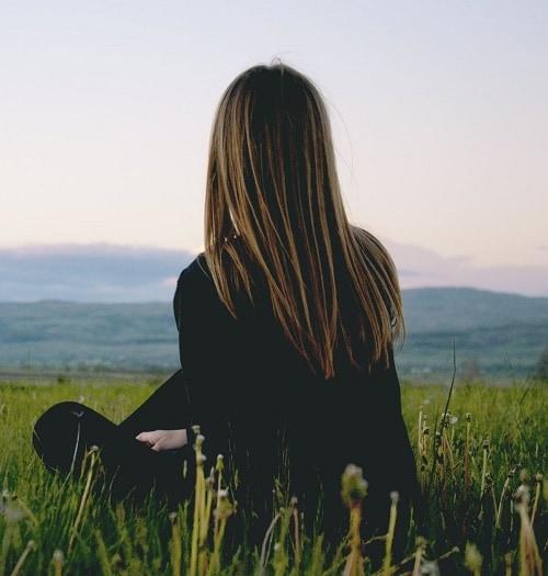 Русая девушка в поле