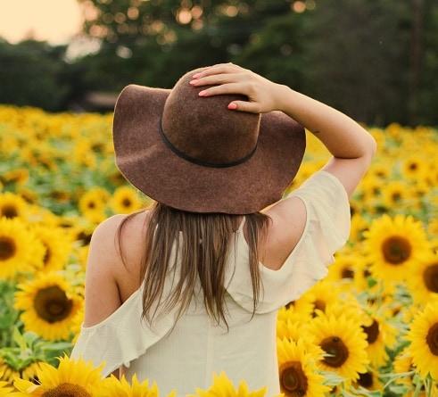Девушка в поле подсолнухов