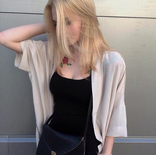 Фото девушки со склонённой головой