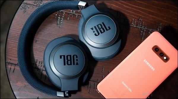 Наушники JBL рядом с телефоном