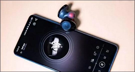 Наушники JBL и телефон