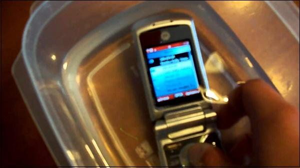 Телефон в контейнере со спиртом