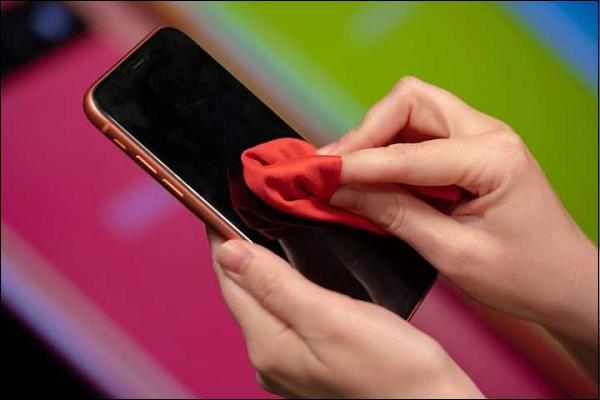 Протрите поверхность телефона тканью
