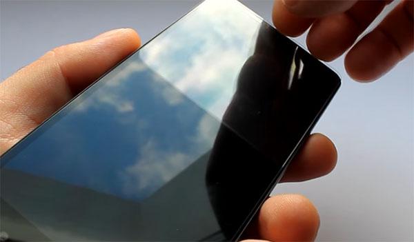 Аккуратно отклейте защитное стекло
