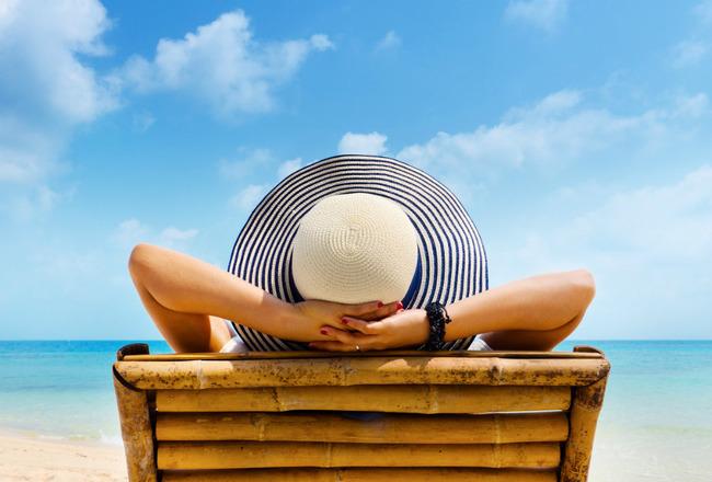 Женщина чилит на пляже