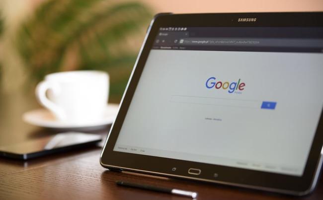 Поисковик Google на экране