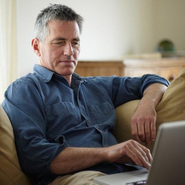 Мужчина за ноутбуком