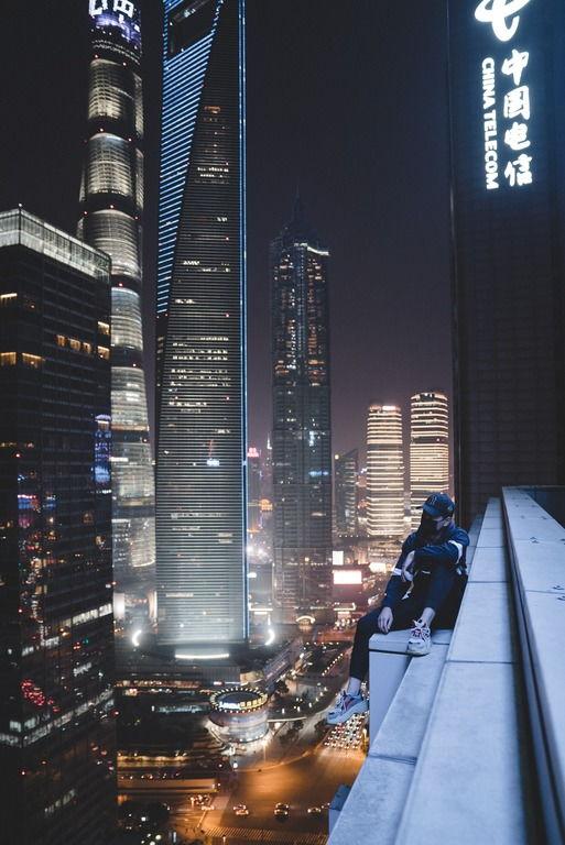 Парень на кромке небоскреба