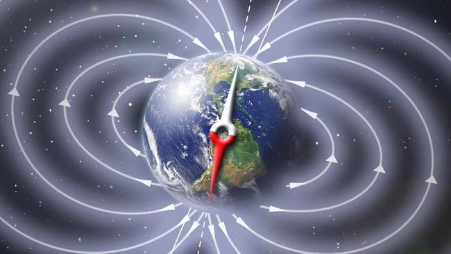 Стрелка компаса на фоне магнитных полей Земли