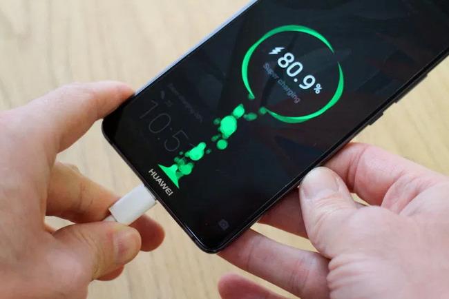 Анимация на экране Huawei в процессе питания