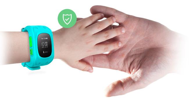 Детская рука с умными часами трогает взрослую