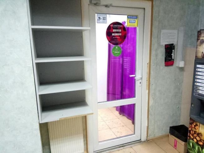 Полки для заказов во внутренней комнате