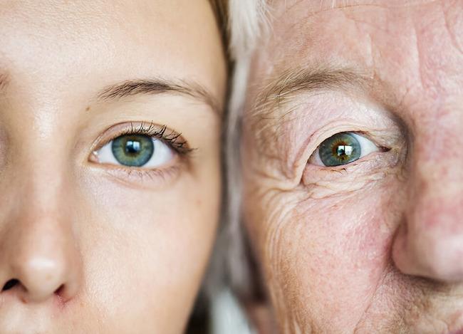 Глаза девочки и бабушки крупным планом