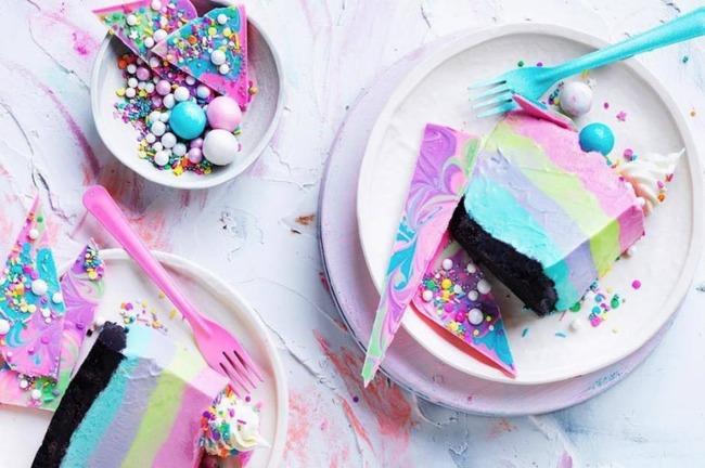 Фото пирожных на белой посуде