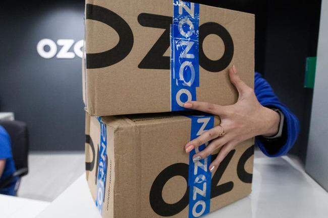 Рука на фоне коробок с посылками