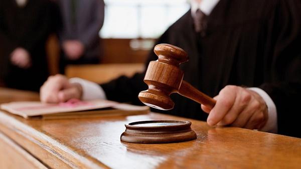 Фото руки судьи с молотком