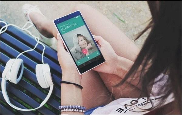 Фото девушка разговаривает по телефону