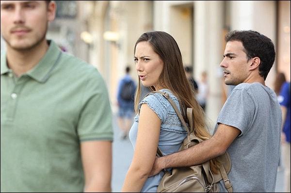 Фото девушка смотрит на парня