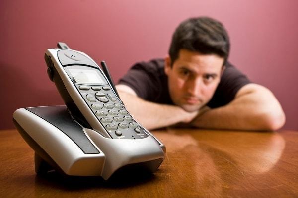 Фото ждущий рядом с телефоном мужчина