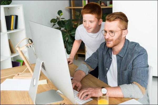 Отец и сын за компьютером
