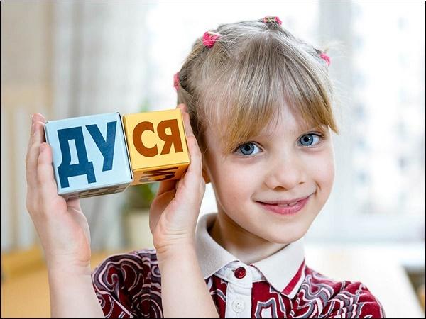 Фото девочка с кубиками