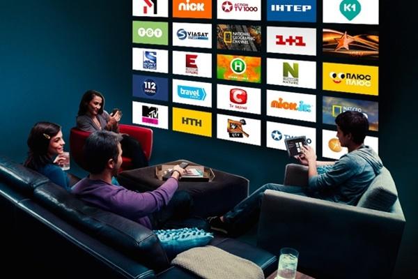 Cемья за просмотром ТВ
