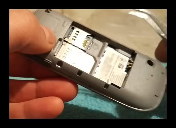 Открытие крышки телефона