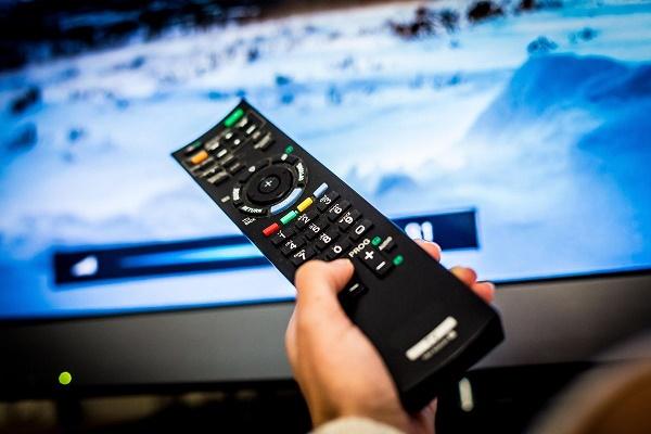 Фото пульт ТВ и телевизор
