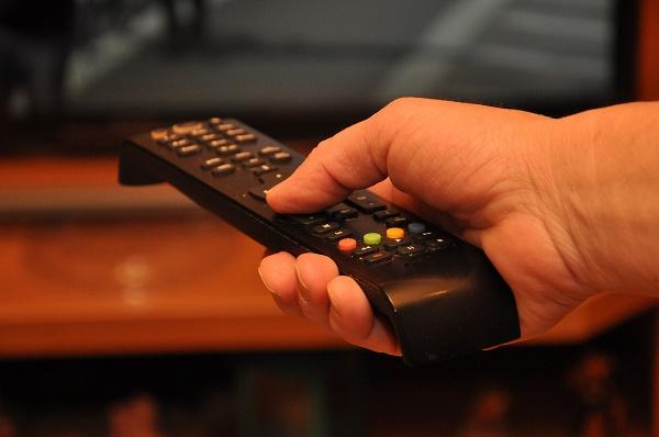 Фото пульт телевизора в руках