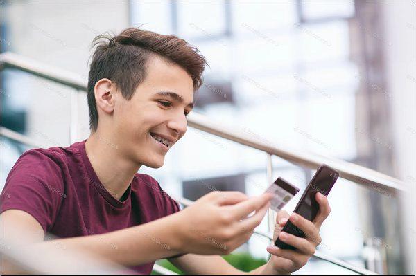 Подросток с банковской карткой