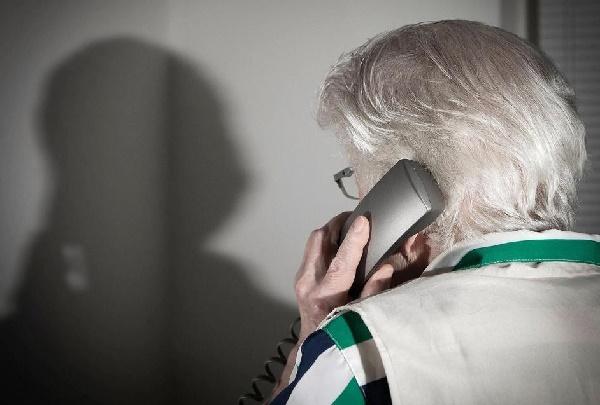 Старшая женщина с телефонной трубкой