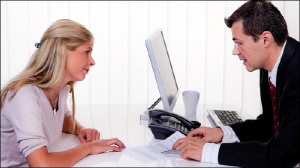 Мужчина и девушка общаются
