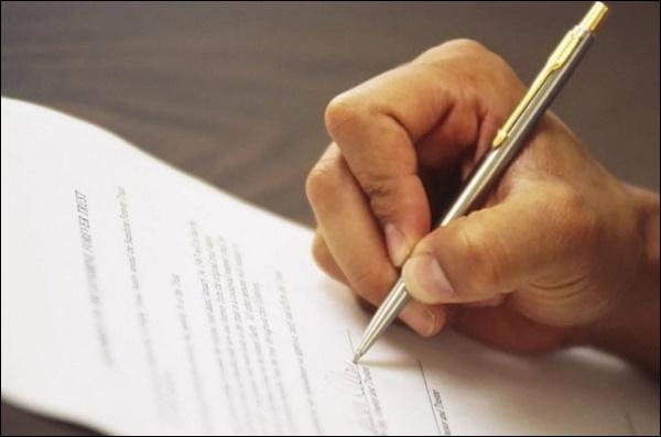 Листок и рука с ручкой